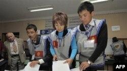 Nhân viên bầu cử Kyrgyzstan làm việc tại một phòng phiếu ơỏ Bishkek, ngày 10/10/2010