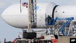 Para petugas memeriksa roket Falcon 9 SpaceX di lokasi peluncuran di Pangkalan Angkatan Udara Cape Canaveral, Florida, 9 Februari 2015.
