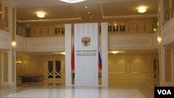 俄罗斯上议院联邦委员会大厅。习近平2013年春季访俄时曾访问上议院,大厅中当时悬挂了中俄两国国旗。