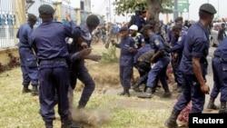 Des policiers congolais et des partisans de l'opposant Etienne Tshisekedi s'affrontant à Kinshasa, RDC, le 27 juillet 2016.