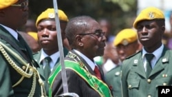 President Robert Mugabe inspects guard of honor during opening of first session of the eighth Parliament of Zimbabwe, Harare, Sept. 17, 2013.