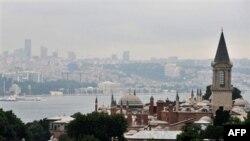 Fotografija snimljena sa minareta Aja Sofije u Istanbulu, drugom najvećem gradu i kulturnoj i ekonomskoj prestonici Turske.