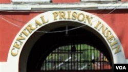 Para tahanan berjalan keluar dari penjara Insein di Yangon, Birma (12/10). Presiden Thein Sein memberikan amnesty untuk 6.359 tahanan di Birma sehari sebelumnya.