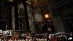 Fieles se reunieron en la Basílica de San Pedro, en el Vaticano, para la Vigilia Pascual, el sábado, 30 de marzo, de 2018.
