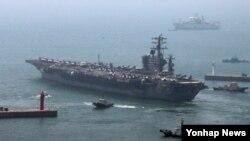 미국의 핵 추진 항공모함인 '니미츠호'(9만7천t급)가 13일 동해에서 진행되는 미한연합훈련에 참가하기 위해 부산 해군기지를 떠나고 있다.