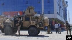 Tentara Amerika memerikas lokasi terjadinya ledakan bom di propinsi Samangan, Kabul, Afghanistan (14/7). Sudah tiga pejabat tinggi Afghanistan menjadi sasaran bom di Afghanistan dalam tiga hari belakangan ini.