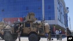 Binh sĩ Mỹ xem xét hiện trường vụ đánh bom tự sát ở tỉnh Samangan, Afghanistan, ngày 14 tháng 7,2012.