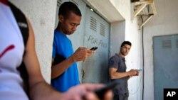 Un funcionario del departamento de Estado dijo haber comprobado que el acceso a internet en los sitios públicos permitía a los cubanos ingresar a medios de comunicación como el Miami Herald y pudo ver a una madre haciendo teleconferencia con su hijo.