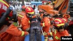 Spasioci izvlače žrtve sa mesta rušenja hotela-karantina za zaražene koronavirusom, u gradu Kvanžou na istoku Kine, 8. marta 2020. (CNSphoto via REUTERS)