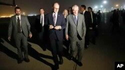 Menlu AS Rex Tillerson (kanan) tiba di bandara internasional Baghdad, Irak setelah menyelesaikan kunjungan di Afghanistan, Senin (23/10).