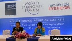 Menteri Koordinator Bidang Perekonomian Sofyan Djalil memberikan keterangan seputar World Economic Forum on East Asia di Jakarta, Senin, 20 April 2015 (Foto: VOA/Andylala)