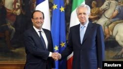 Perdana Menteri Italia Mario Monti (kanan) berjabat tangan dengan Presiden Perancis Francois Hollande di Palazzo Chigi, Roma (14/6).