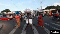 La vie à Monrovia, 10 novembre 2011. REUTERS / Luc Gnago (LIBERIA - Tags: SOCIETY) - RTR2TU9X
