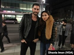 "Cheverly Amalia bersama John David Moffatt, sutradara film ""Blackout Experiment"" (VOA/Dhania)"