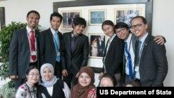 """Aria Widyanto (berdiri paling kanan) dan para peserta program """"Young Southeast Asian Leaders Initiative"""" berpose bersama di Gedung Putih, Senin (1/6)."""