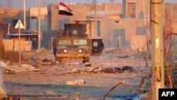 伊拉克反恐部队的成员在拉马迪的街道上观察周围情况(2015年12月25日)