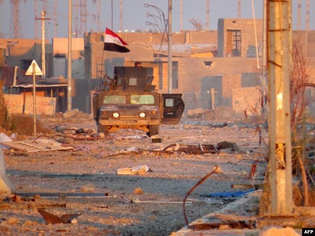 A member of Iraq's counter-terrorism forces monitors his surrounding in a street in Ramadi's Dhubbat neighberhood, adjacent to Hoz neighbourhood, Dec. 25, 2015.