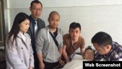 數位湖南網友探望被通緝學生領袖之一熊焱的母親 (博訊圖片)