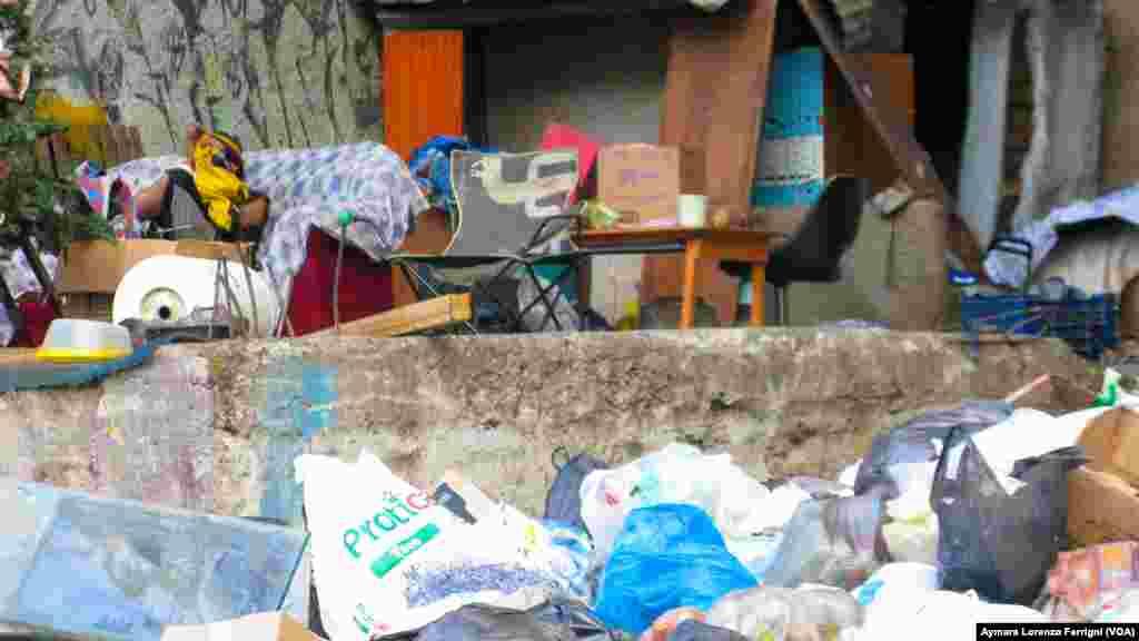 Indigentes construyen viviendas con basura.