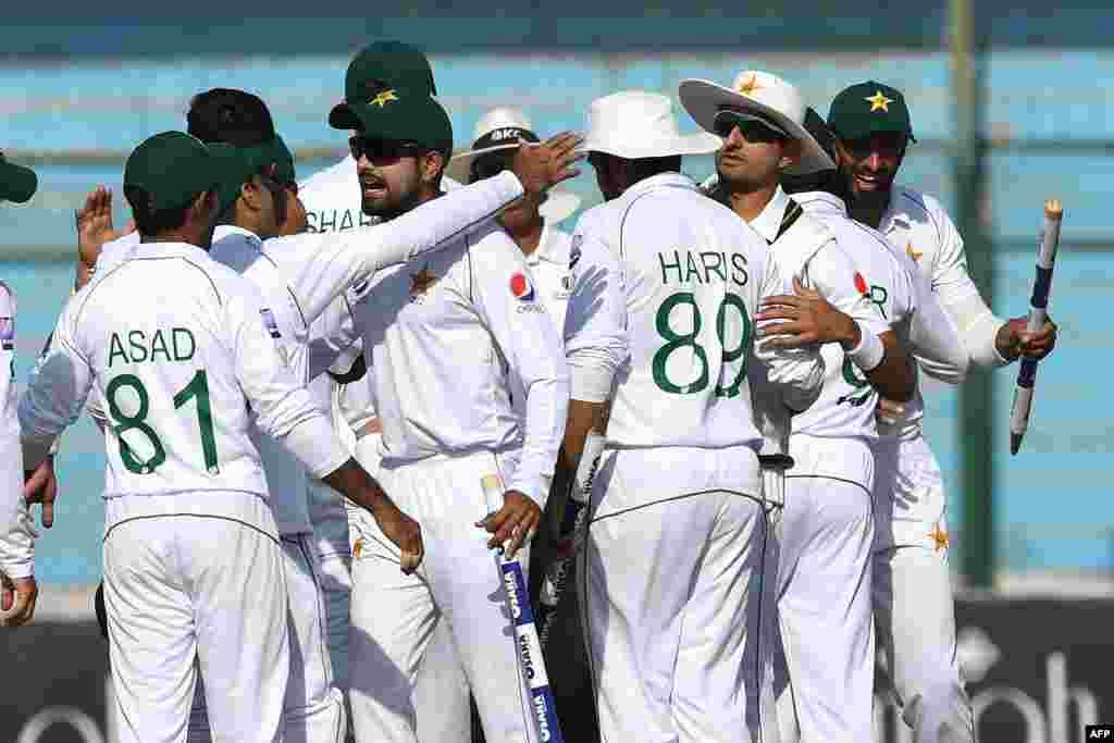 پاکستان کرکٹ ٹیم سری لنکا کے خلاف کراچی میں کھیلے گئے دوسرے ٹیسٹ میں اپنی فتح کا جشن مناتے ہوئے۔