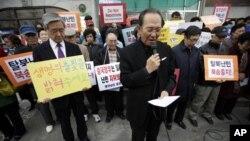 지난 3월 서울의 중국대사관 앞에서 벌어진 탈북자 북송 반대 집회. (자료사진)
