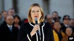 La secretaria del Interior británica, Amber Rudd, habló durante una vigilia en la Plaza Trafalgar, en Londres, el jueves, 23 de marzo, de 2017, por las víctimas del ataque del miércolese.
