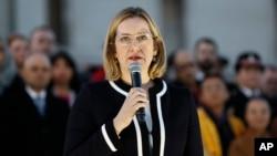 英国内政大臣安珀·路德(Amber Rudd)在伦敦特拉法加广场上为袭击事件遇难者的烛光守夜行动中讲话(2017年3月23日)
