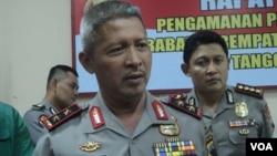 Kapolda Jateng Inspektur Jendral Condro Kirono, didampingi Kapolresta Solo (kanan) memberikan keterangan pers di Solo, Jumat 2/2. (Foto: VOA/Yudha).