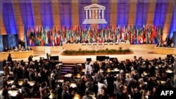 Falastin YUNESKOga qabul qilindi, delegatlar yangi a'zoni olqishlamoqda, YUNESKO bosh anjumanining 36-sessiyasi, Parij, 31-oktabr, 2011-yil