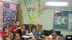 Stipendist Akademije Nathan Schram podučava violinu učenike trećeg i četvrtog razreda u jednoj školi u New Yorku