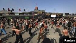 Umat Syiah Afghanistan mencambuk punggung mereka sebagai bagian dari peringatan kematian Imam Hussein, cucu nabi Muhammad di ibukota Afghanistan, Kabul, tanggal 10 Muharam dalam penanggalan Islam (24/11).