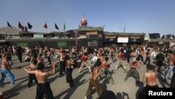 阿富汗什葉派穆斯林男子星期六在喀布爾紀念阿舒拉節