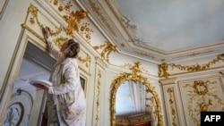 Dodavanje završnih ukrasnih detalja unutar Vile La Granž gde je zakazano da se američki predsednik Džo Bajden i ruski predsednik Vladimir Putin sastanu 16. juna u Ženevi (Foto: AFP/Fabrice Coffrini)