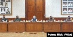 Gubernur Jawa Timur bersama Panglima Komando Gabungan Wilayah Pertahanan II, Kabaharkam Polri, serta Pangdam dan Kapolda Jawa Timur, memberikan keterangan pers di Grahadi. (Foto: VOA/Petrus Riski)