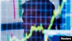 Seorang pialang setelah pembukaan pasar di Bursa Efek New York (NYSE).