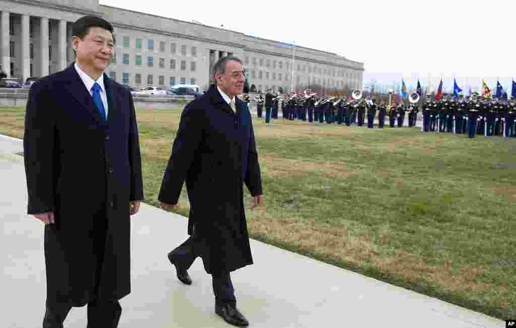 2012年2月14号,美国防部长帕内塔在五角大楼主持最高规格的欢迎仪式,迎接习近平访美。