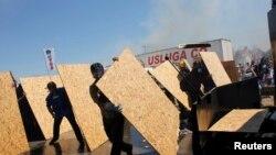 Policija je upotrebila vodene topove i suzavac da bi rasterala demonstrante, koji su protestovali ispred zatvorskog kompleksa u Silivriju gde je sudjeno organizatorima puča protiv premijera Redžipa Tajipa Erdogana, 5. avgust 2013.