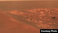 """Gambar permukaan Mars pada kawah """"Intrepid"""" yang diambil oleh kendaraan penjelajah Opportunity pada 2010. (NASA/JPL-Caltech/Cornell University)"""