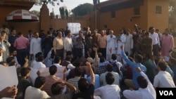 صحافی پریس کلب پر چھاپے کے خلاف احتجاج کر رہے ہیں۔