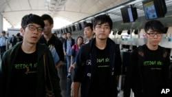 ຜູ້ນຳ ກຸ່ມສະຫະພັນນັກສຶກສາຮົງກົງ ຫຼື Hong Kong Federation of Students ທ້າວ Alex Chow (ກາງ) ແລະ ຄະນະສະມາຊິກ ທ້າວ Nathan Law (ຊ້າຍ) ແລະ ທ້າວ Eason Chung.