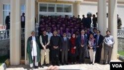 فیروزالدین فیروز، وزیر صحت افغانستان در جمع از تازه فارغ شدگان مکتب قابلگی ولایت بامیان