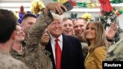 도널드 트럼프 미국 대통령과 부인 멜라니아 여사가 26일 이라크를 방문하고 현지 미군 장병들을 격려했다.