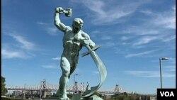 """Скульптура Евгения Вучетича """"Перекуем мечи на орала"""""""