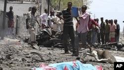 10月4号索马里首都摩加迪沙居民聚集在自杀炸弹爆炸现场