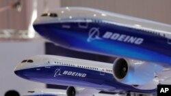 ARSIP – Model-model dari pesawat penumpang Boeing diperagakan dalam Pameran International Penerbangan dan Kedirgantaraan China yang ke-12, yang juga dikenal sebagai Airshow China 2018 di Zhuhai City, 6 November 2018 (foto: AP Photo/Kin Cheung, Arsip)