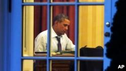 바락 오바마 미국 대통령이 국정연설을 하루 앞둔 지난 27일 백악관 집무실에 앉아있다.