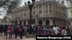 در اطراف محلی که روسای جمهور ایالات متحده و کیوبا کنفرانس مشترک خبری داشتند، گروه کثیر مردم تجمع کرده بودند.