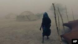 Une femme touareg marche sous une tempête de sable à Ingal, Niger, le 18 septembre 2011