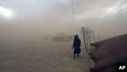 Femme touareg dans une tempête de sable à Ingal, Niger (Archives)