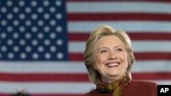 Calon presiden Partai Demokrat Hillary Clinton saat berkampanye di SMA Taylor Allderdice, Pittsburgh, Pa., 22 Oktober 2016 (AP Photo/Mary Altaffer)